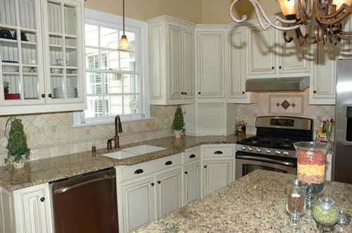 Glazed white kitchen images for Which white paint for kitchen cabinets