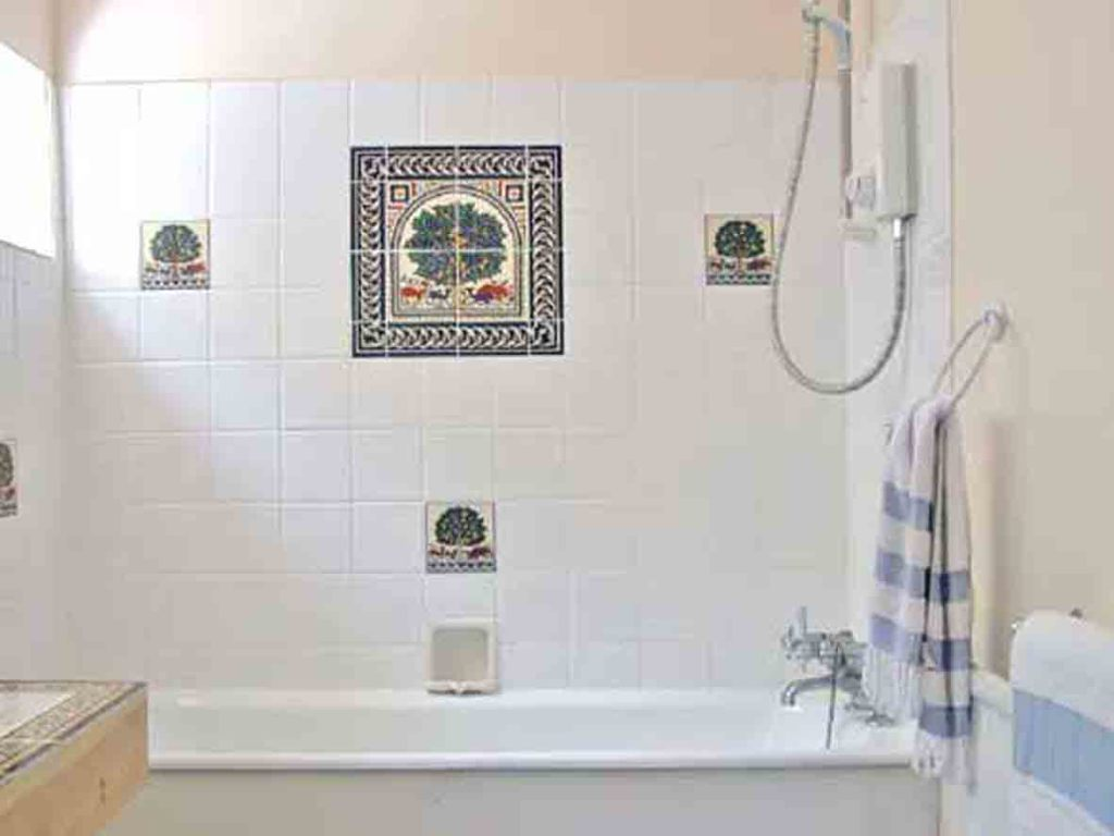 Cheap bathroom tile ideas decor ideasdecor ideas for Decorative bathroom wall tile designs