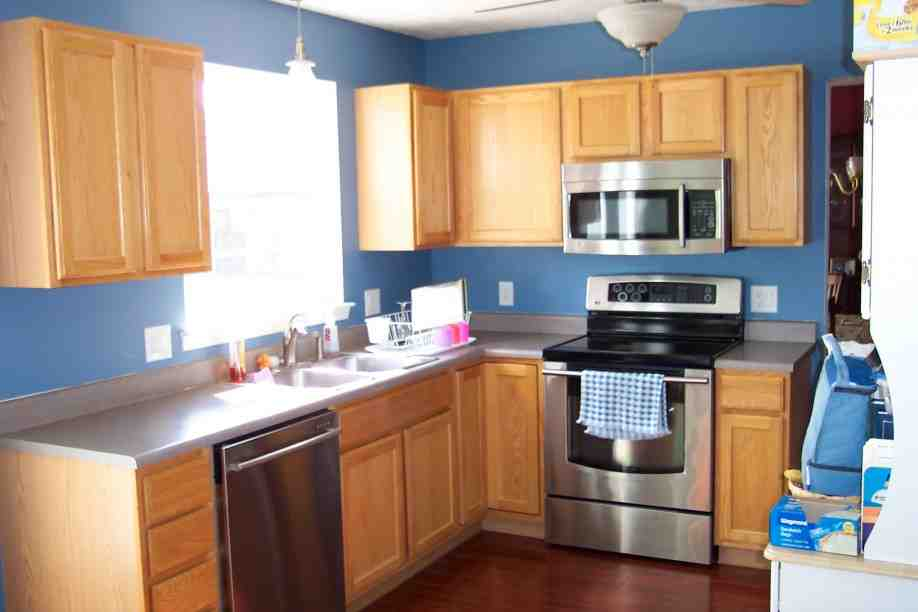 Blue kitchen with oak cabinets decor ideasdecor ideas for Blue kitchen cabinets pictures