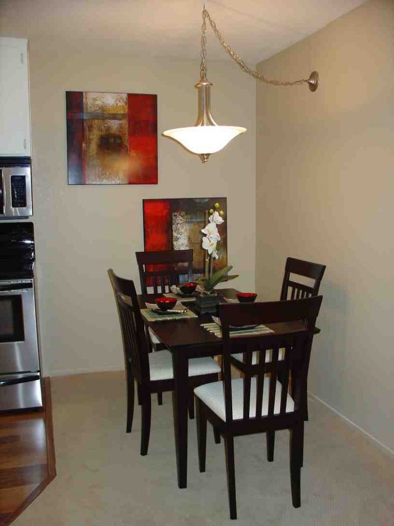 Dining room decorating ideas for small spaces decor for Small dining room images